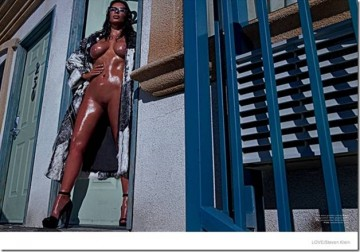 New Kim Kardashian Poses Naked On A Motel Bed